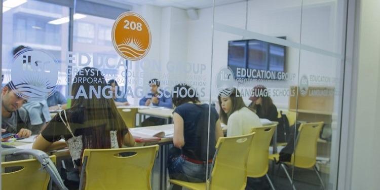 学生社会人シニア大人むけ短期長期語学留学 カナダ トロント 一般ビジネス英語 IELTSケンブリッジTOEFLTOEIC対策 ホームステイレジデンス ボランティア 日本人スタッフ フランス語 ILSC 授業クラスディスカッション