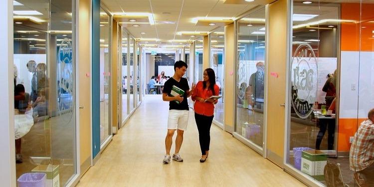 学生社会人シニア大人むけ短期長期語学留学 カナダ バンクーバー 語学学校 ILACアイラック ホームステイ レジデンス 一般ビジネス英語 大学進学コースパスウェイ TOEFL,IETLS,ケンブリッジ対策