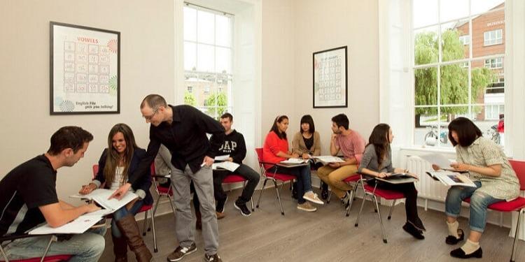 学生社会人シニア大人むけ短期長期語学留学 アイルランド ダブリン 一般 IELTSケンブリッジ対策 ソーシャルアクティビティ ホームステイレジデンス ATLAS Language Schoolアトラス クラス授業