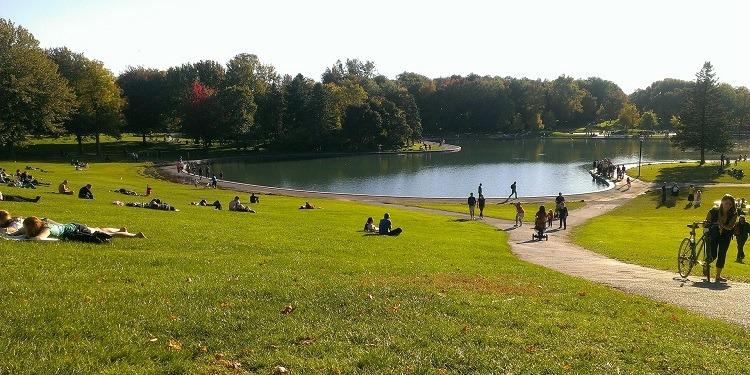 学生社会人シニア大人むけ短期長期語学留学 カナダ ケベック州モントリオール 語学学校 公園湖