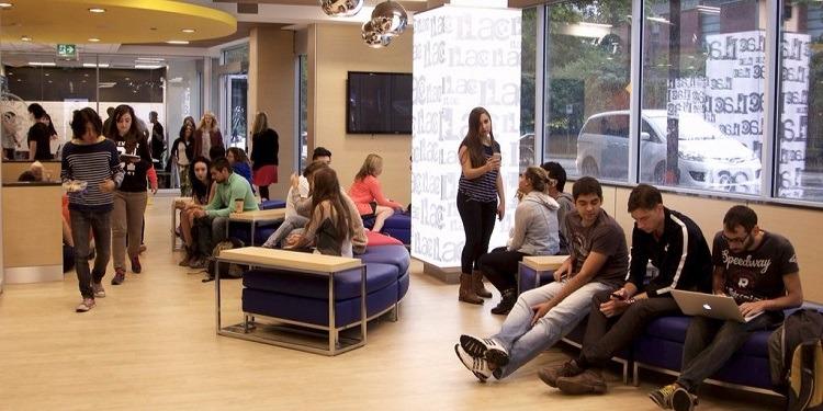 学生社会人シニア大人むけ短期長期語学留学 カナダ バンクーバー 語学学校 ILACアイラック ホームステイ レジデンス 一般ビジネス英語 大学進学コースパスウェイ TOEFL,IETLS,ケンブリッジ対策 学校