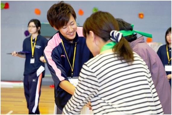 学生は、選手に寄り添いながら競技運営を行います。