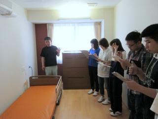 ご利用者様のお部屋です。明るくとてもきれいでした。最新型のベッド、目的に応じたマットレスの特徴について学びました。