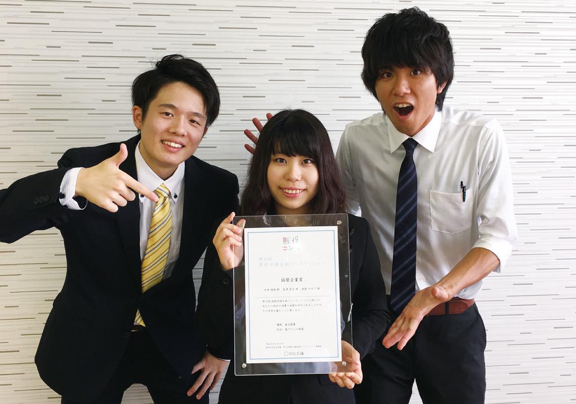写真左から、島津さん(函館商業高校出身)、寺島さん(札幌創成高校出身)、吉田さん(有朋高校出身)、全員ビジネス科1年生。