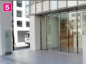 ガラス張りのビルがみえたら到着です。1階から7階が「北京語言大学東京校」です。