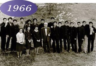 1966 初代貫伝松学長。理事長と学生たち
