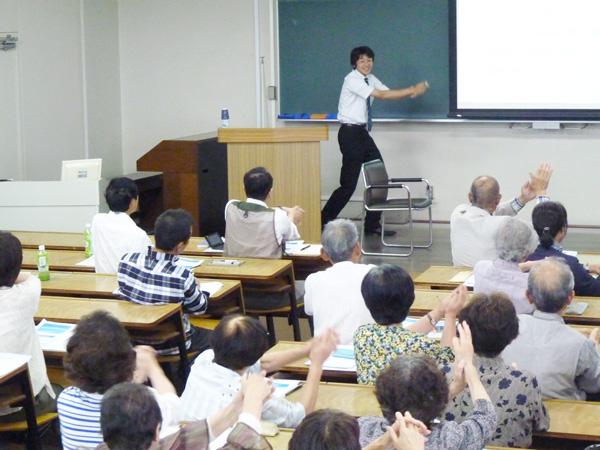 人間学部多胡陽介講師による講演、演歌体操の様子