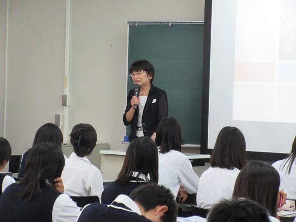 小山副学長による看護職を目指す皆さんへの講義