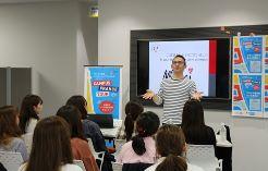フランス企業について説明されるフランス大使館 ダヴィド・マリナス大学交流担当官
