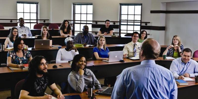 中高生むけ 15才以上夏休み留学 アメリカ・フィラデルフィア チェストナットヒルズ 英語コース+ボランティア シニアセンターホームステイ滞在 FLS 授業 教室 クラス風景