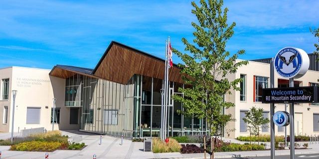 REマウンテン・セカンダリー・スクール R.E. Mountain Secondary School