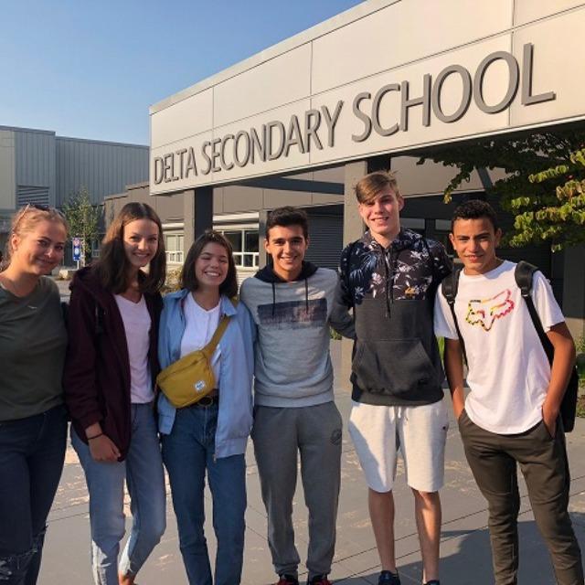 校舎と学生