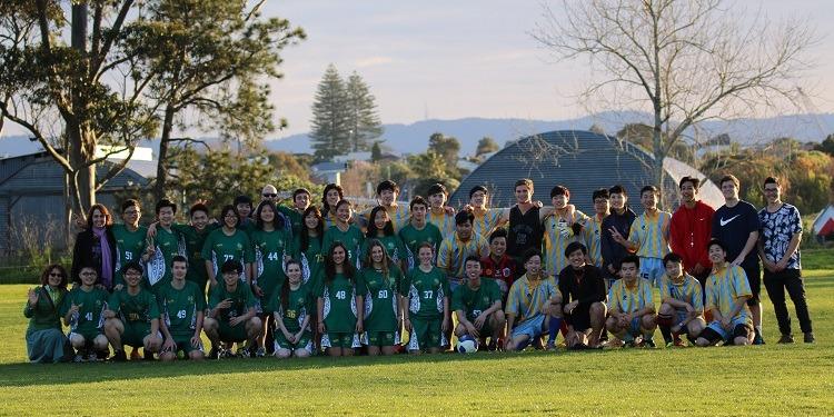 ニュージーランド高校留学 オークランド 公立高校 ウェスタンスプリングスカレッジ(Western Springs College)共学 私服 ホームステイ滞在 選択科目が豊富 スポーツ サッカー
