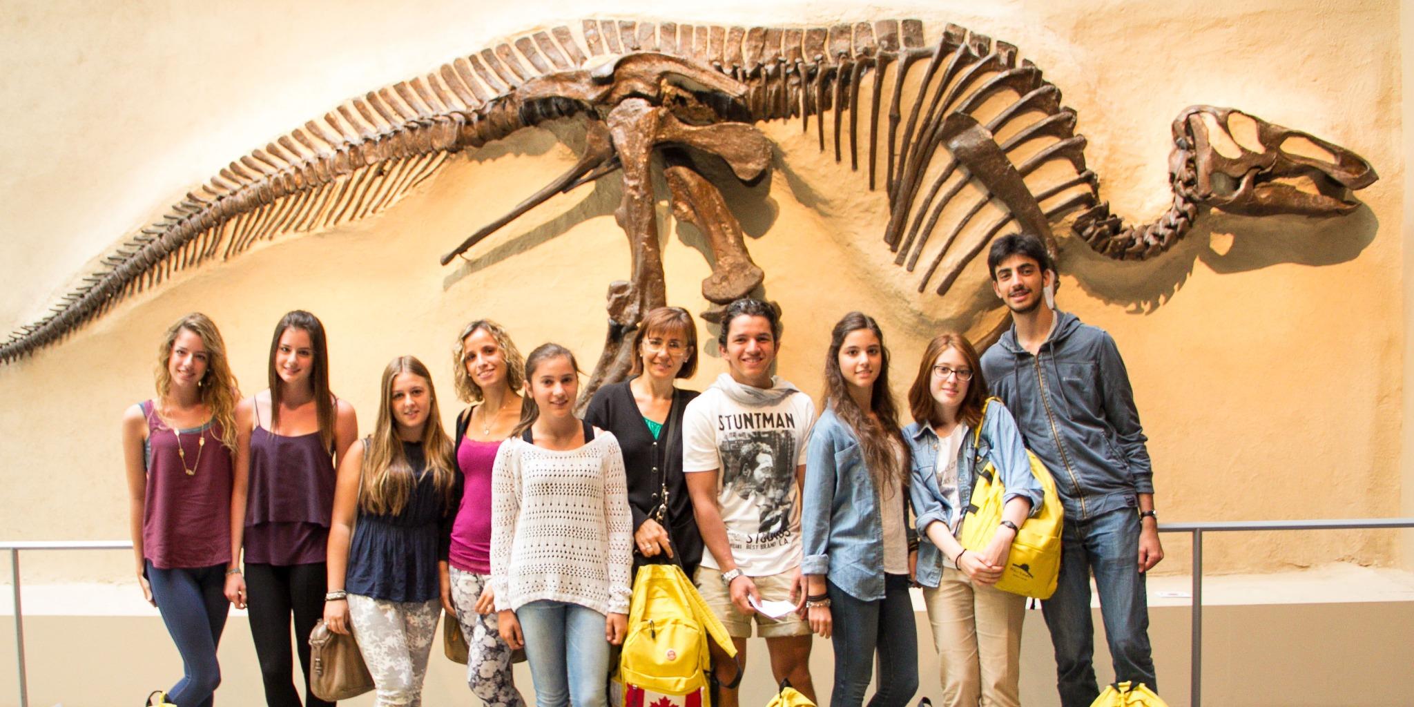 ISI国際学院 ジュニア 中高生 短期留学 カナダ トロント アクティビティ 博物館 恐竜 化石 友達 遠足