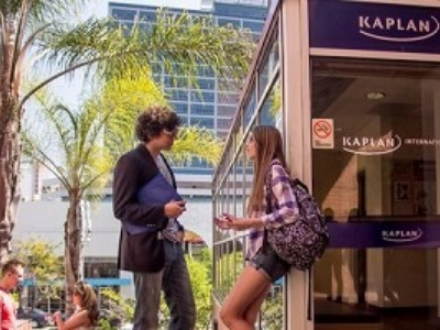 大学生 専門学校生 夏休み短期語学留学 アメリカ ロサンゼルス Westwood 英語レッスン ビジネス英語TOEFL対策 ホームステイレジデンス KAPLAN