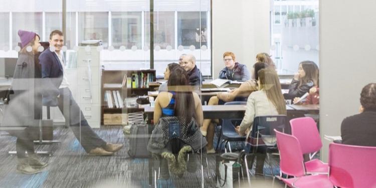 学生社会人シニア大人むけ短期長期語学留学 カナダ バンクーバー 語学学校 Tamwoodタムウッド ホームステイ 一般英語 国際ビジネス英語 大学進学パスウェイ IETLS,ケンブリッジ対策 マンツーマンレッスン 学校クラス
