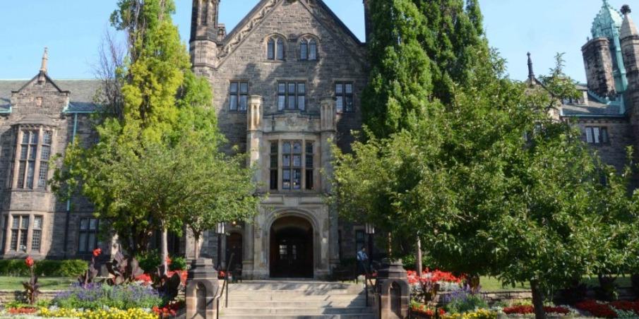 中高生夏休み留学 トロント大学 トリニティカレッジ 英語+アクティビティ カナダ トロント留学 校舎 カレッジ