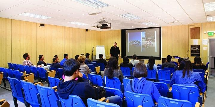 学生社会人シニア大人むけ短期~長期語学留学 イギリスボーンマス Anglo Continental ホームステイ 英語IELTS対策ビジネスマンツーマン 講義