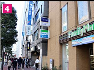 三井住友銀行、三菱東京UFJ銀行を通り過ぎて、ファミリーマートがみえてきたらもう少しで到着です。