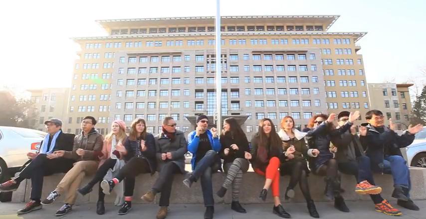 北京語言大学本校の留学生がファレル・ウィリアムスの楽曲「Happy」にあわせて踊るトリビュートビデオ