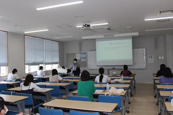 教学部長より沖縄女子短期大学の概要について説明しています
