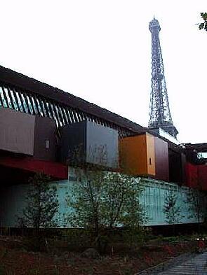 ケ・ブランリー・ミュージアム(パリ)の一部(手前)エッフェル塔