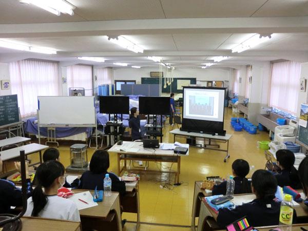 八幡高等学校の実習室での講義の様子