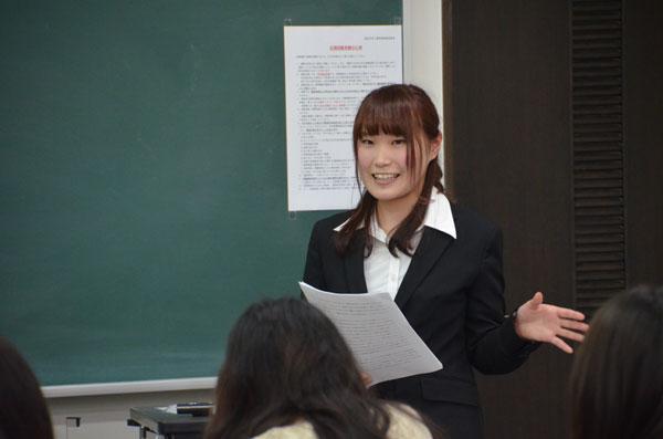 発表後の質問に応える川添さん(人間心理学科4回生)
