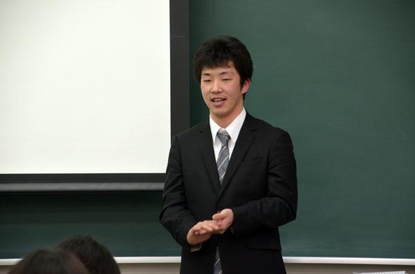 卒業論文を発表する黒木さん(人間心理学科4回生)