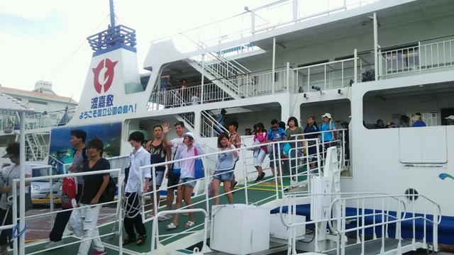 渡嘉敷島到着のゼミ生たち