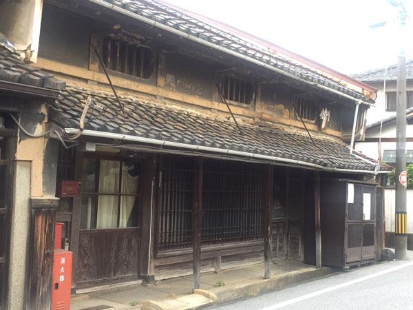 七曲り街道に多い昔ながらの建物