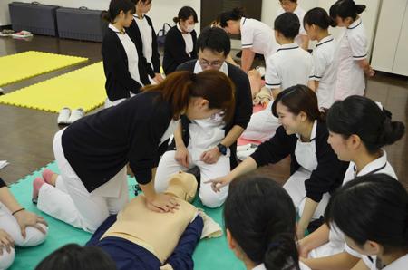 胸骨圧迫の位置・テンポ・深さを学生同士でチェック