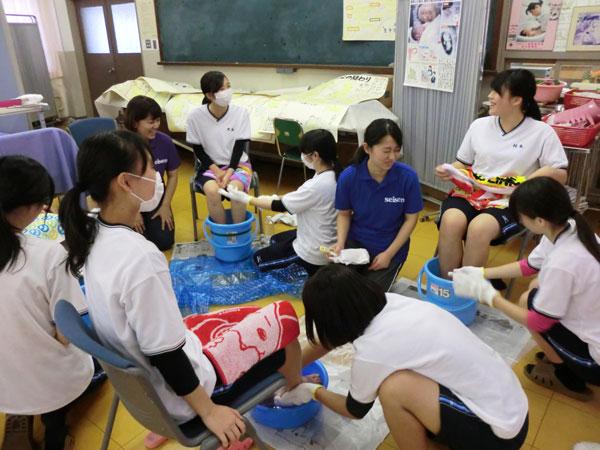 看護師と療養者役での演習に笑顔がみられます