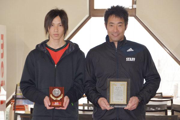 表彰を受けた山堀監督(右)と中島主将(左)