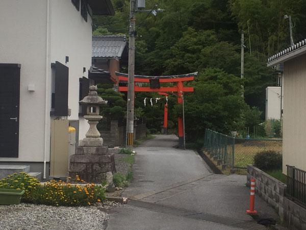 通りから少し入ると神社があります