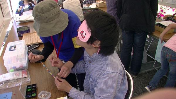 アイマスクを付けて作業体験