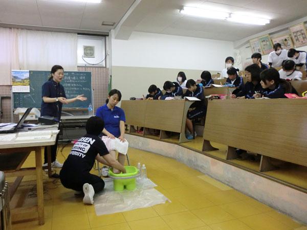 看護学部教員による足浴のデモンストレーション